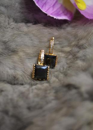 Ювелирные серьги с чёрным камнем