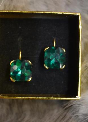 Ювелирные серьги с зелёным камнем