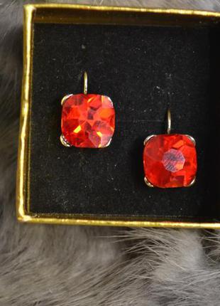 Ювелирные серьги с красными камнями