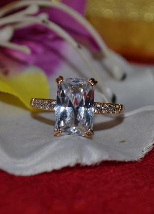 Ювелирное кольцо с белым камнем