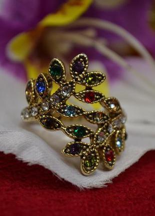 Ювелирное кольцо с цветными камнями