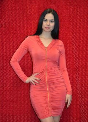 Кораловое платье на замке