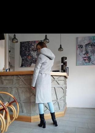 Стильное серое пальто с капюшоном осеннее