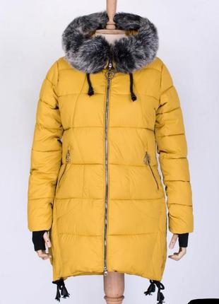 Стильная желтая яркая зимняя дутая куртка с мехом парка пальто