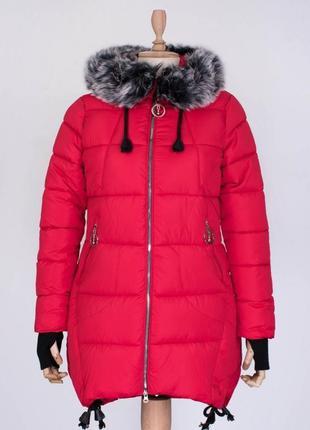Стильная красная зимняя дутая куртка с мехом удлиненная