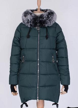 Стильная зеленая изумрудная зимняя дутая куртка с мехом удлине...