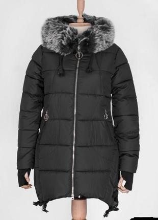 Стильная черная зимняя дутая куртка с мехом удлиненная