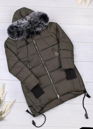 Стильная хаки зимняя дутая куртка с мехом удлиненная