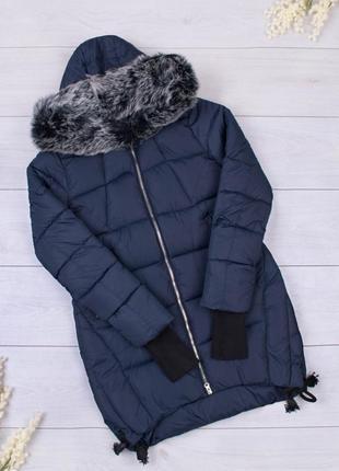 Стильная синяя дутая зимняя куртка с мехом удлиненная