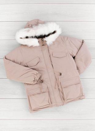 Стильная бежевая зимняя куртка парка с капюшоном короткая