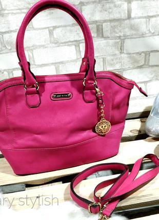 Розовая сумка есть длинный ремешок