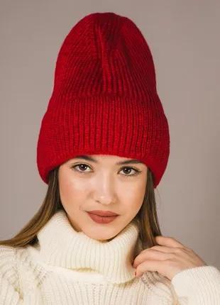 Модная вязаная шапка с пряжи