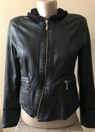 Черная куртка косуха на молнии из натуральной кожи