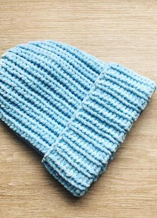 Велюровая шапка голубого цвета ручной вязки
