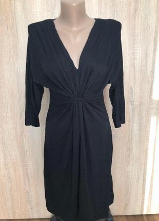 Черное платье с v-образным вырезом s-м