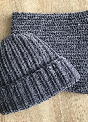 Велюровая шапка и снуд темно-серого цвета ручной вязки