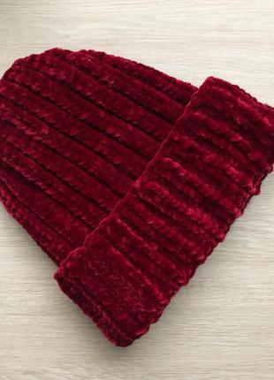 Велюровая шапка ручной работы бордового цвета