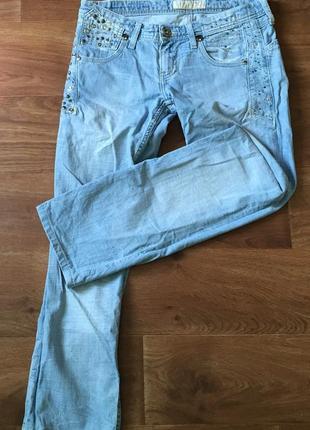Голубые джинсы бойфренд прямого кроя со стразами