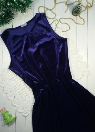 Бархатное платье глубокого фиолетового цвета