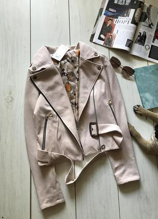 Бежевая куртка косуха под замш