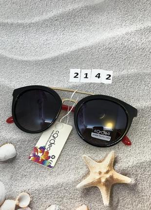 Солнцезащитные очки с черными линзами и красными дужками  к.2142